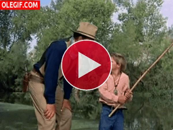 GIF: Si no sabes pescar... al agua vas