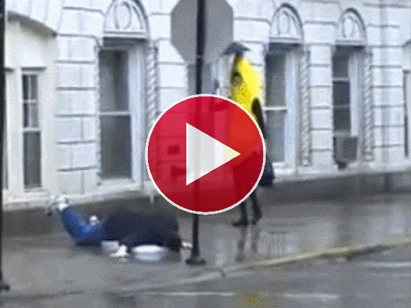 Un plátano cayendo al suelo