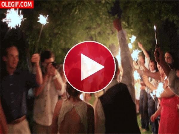 GIF: Pasillo de bengalas para los recién casados
