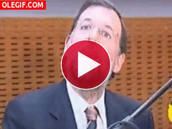 GIF: Mariano Rajoy buscando la mosca
