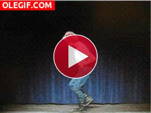 GIF: A este chico le gusta mover las caderas