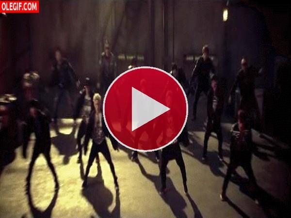 GIF: Grupo de chicos bailando en la calle
