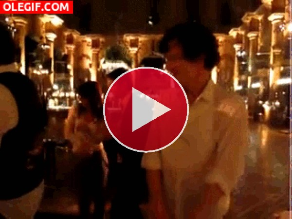 GIF: Un extraño y divertido baile