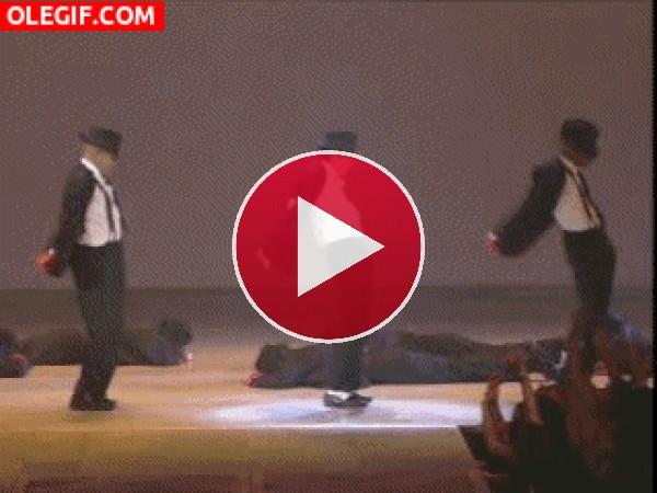 Michael Jackson bailando sobre el escenario