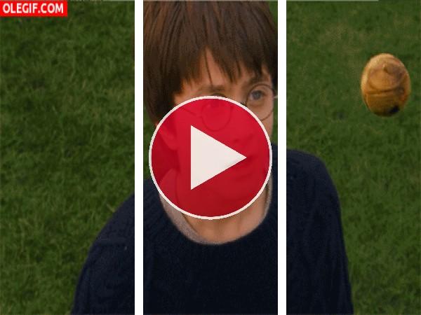 GIF: Harry Potter flipando con el quaffle
