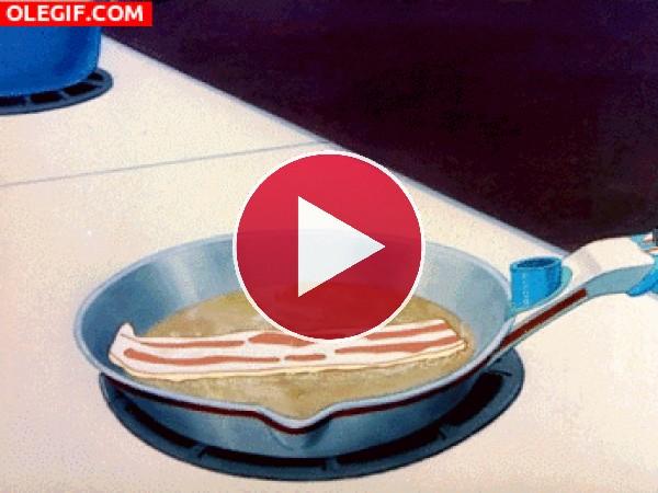 GIF: Loncha de beicon en la sartén