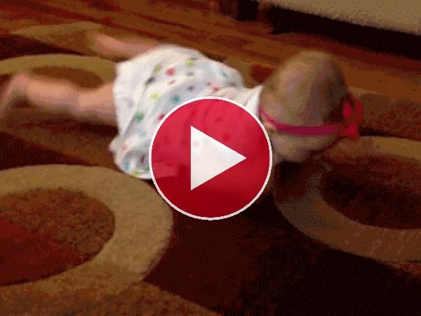 GIF: Perro gateando junto a una bebé