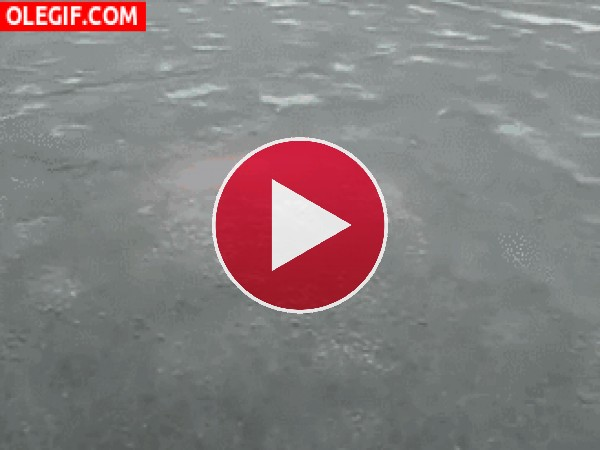 Hombre saliendo del hielo