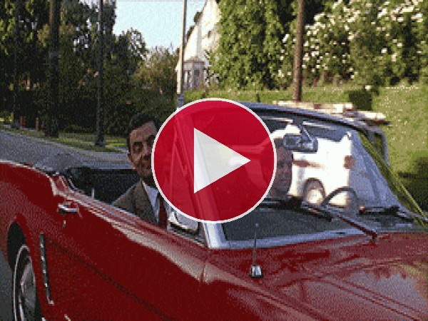 GIF: Mr. Bean regalando peinetas