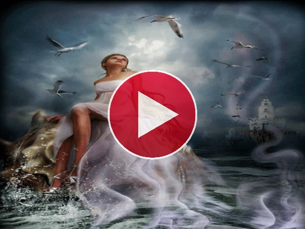 Hermosa mujer sentada junto al mar