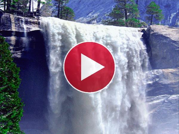 Gran cascada cayendo en una pared de roca