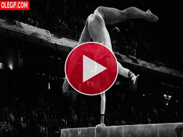 GIF: Vaya fuerza tiene en el brazo esta gimnasta