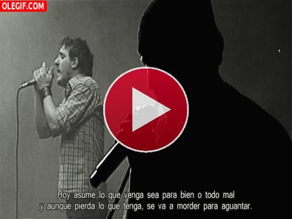 GIF: Cantando sobre el escenario