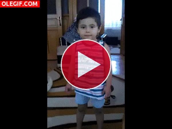 GIF: Mira cómo escala este niño