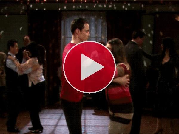 GIF: Sheldon bailando con Amy