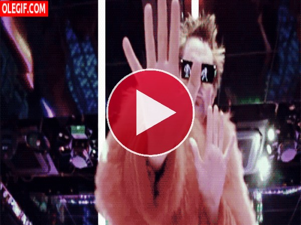 "GIF: Matt Bellamy bailando ""Panic Station"""