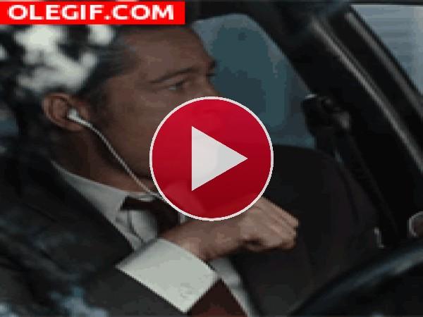 GIF: Brad Pitt bailando en el coche