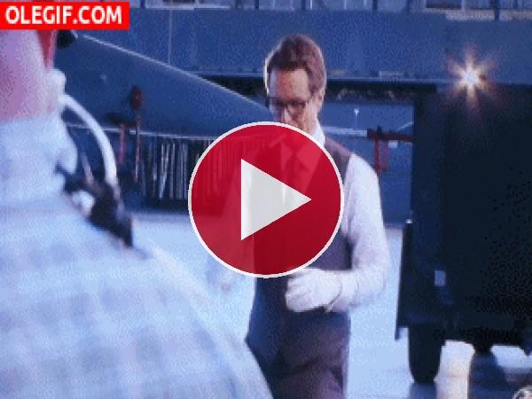 GIF: Sam Rockwell bailando y comiendo un Chupa-Chups