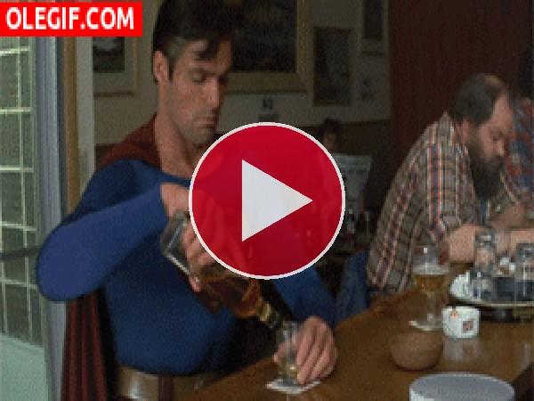 GIF: Superman echando un trago