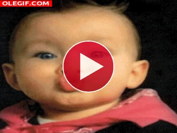 GIF: Este bebé te manda un fuerte beso