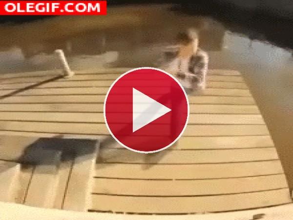 Mira cómo cae este chico al agua
