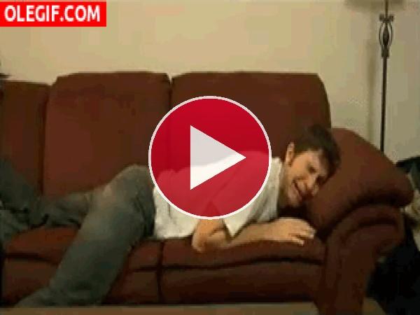 Llorando en el sofá