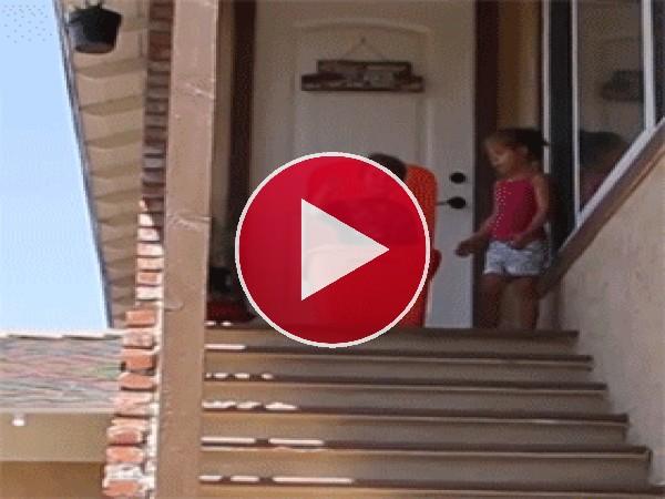 GIF: Tiraré a mi hermano por las escaleras