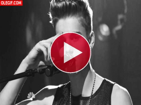GIF: Justin Bieber cantando en directo