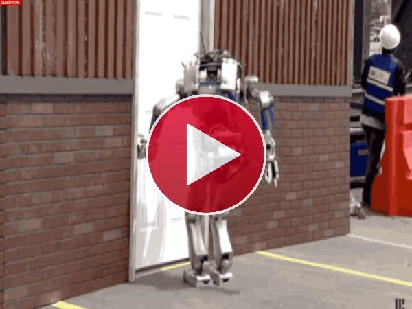 Este robot se cae de culo
