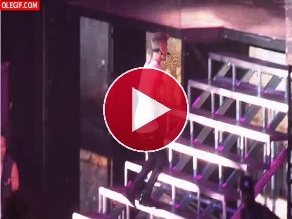 GIF: El tropiezo de Justin Bieber