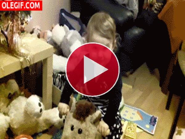 GIF: ¡Vaya golpe se da esta niña!