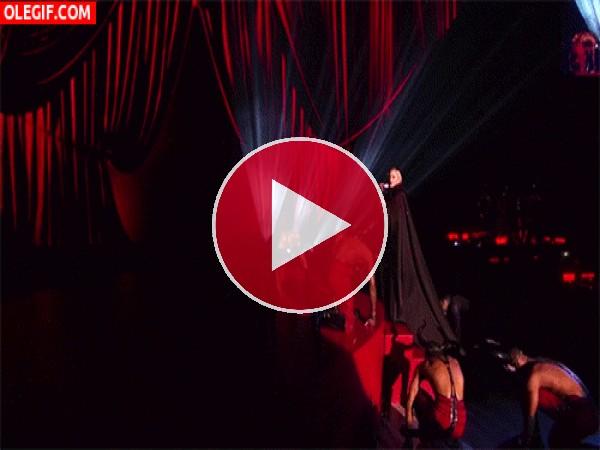 GIF: La caída de Madonna