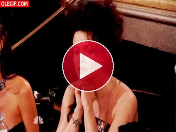 Helena Bonham Carter atenta a la conversación