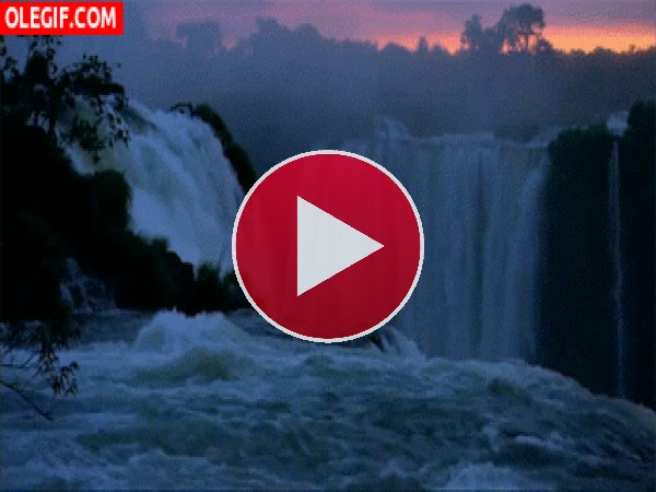 Hermosas cascadas fluyendo al amanecer