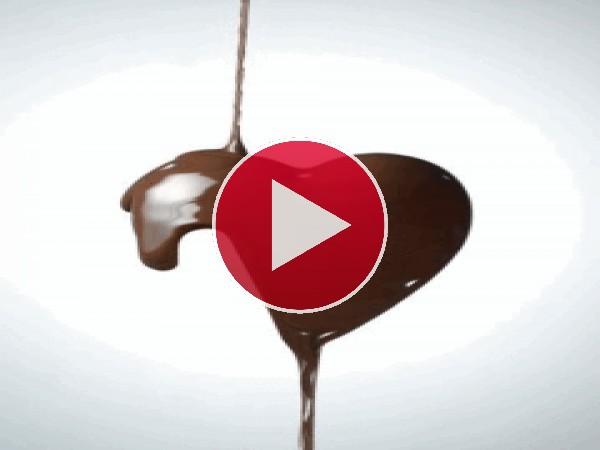 Chocolate líquido formando un corazón