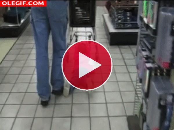 Este bebé está limpiando el suelo del supermercado