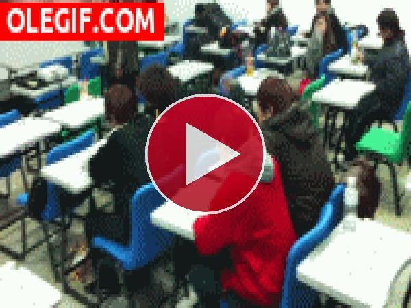 GIF: Pelea en clase