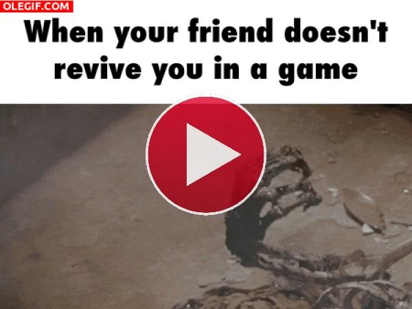 GIF: Cuando tu amigo no te reanima en el juego