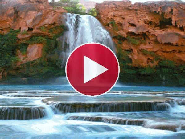 Cascada fluyendo en una pared de roca