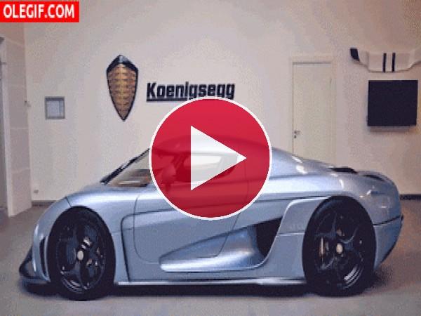 Un Koenigsegg abriendo sus puertas