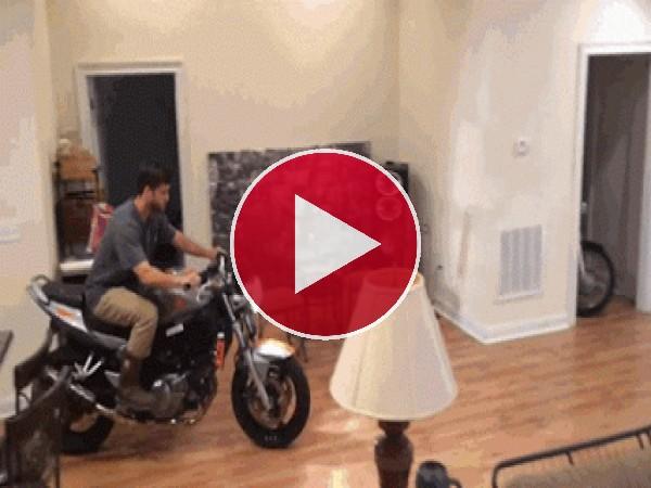 Estrellando la moto en el salón