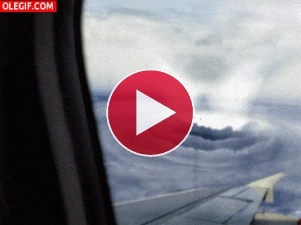 GIF: Tormenta vista desde el avión