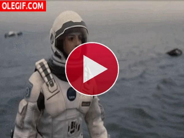GIF: Un surfero tomándose una birra en Interstellar