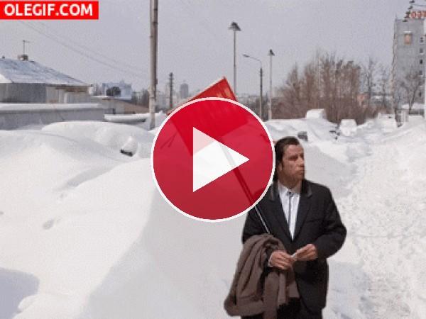 GIF: Vincent Vega solo en la nieve