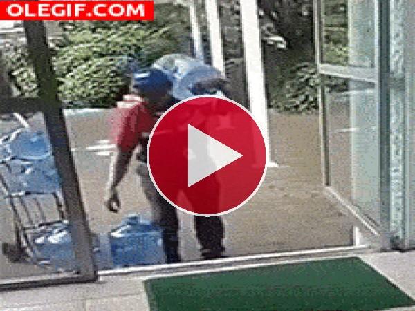 Mira cómo carga con las botellas de agua