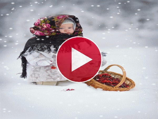 Niña recogiendo bayas bajo la nieve