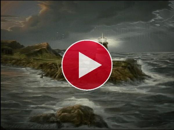 Faro iluminando el mar