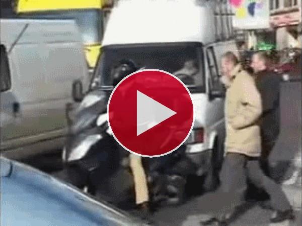 GIF: Broma pesada a un motorista
