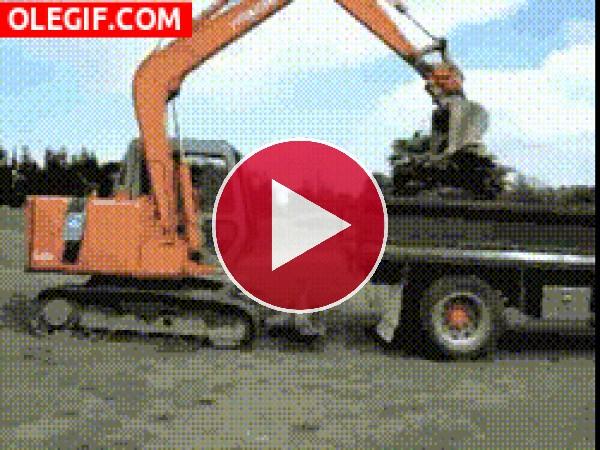 Mira a esta excavadora subiéndose al remolque