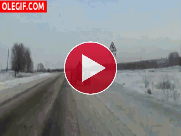 GIF: Un tractor-esquí en la carretera
